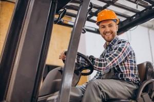 Jak uzyskać uprawnienia na wózki widłowe – najważniejsze wytyczne